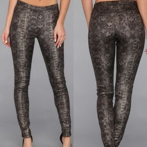 NWT Hue Python lacquer leggings size small